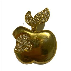 Vintage • A bite out of the BIG APPLE 🍎 • brooch
